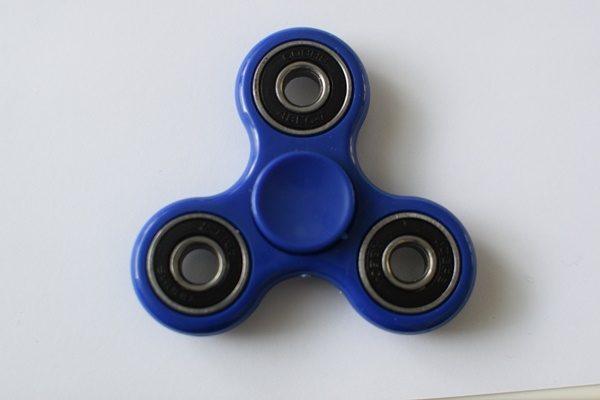 perinteinen fidget spinneri sininen
