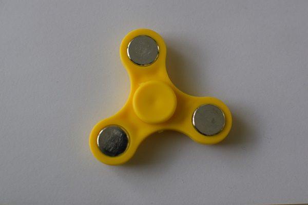 fidget spinneri keltainen