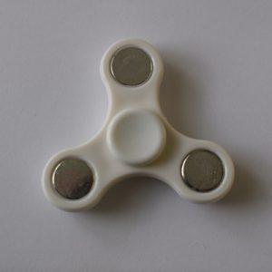 fidget spinneri valkoinen